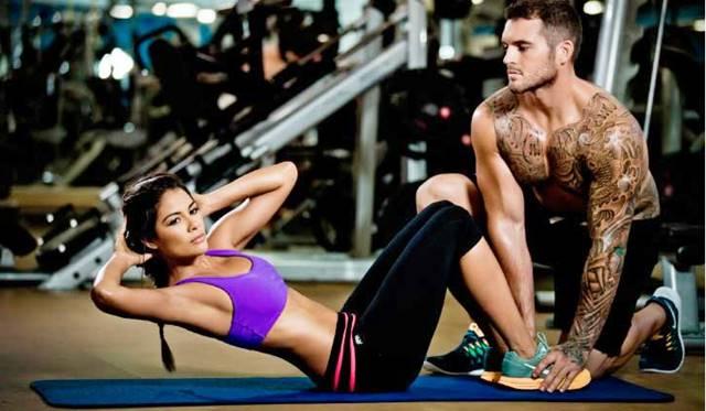 ejercicios abdominales en pareja
