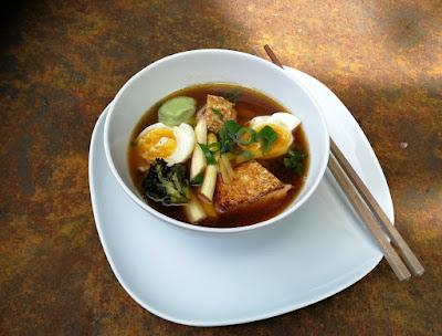 Schnelle Nudel-Miso-Bowl, japanisch inspiriert