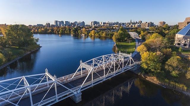 Relação Sociedade x Natureza. Local: cidade de Ottawa e a Peace Tower. Foto de: Bruno Passos