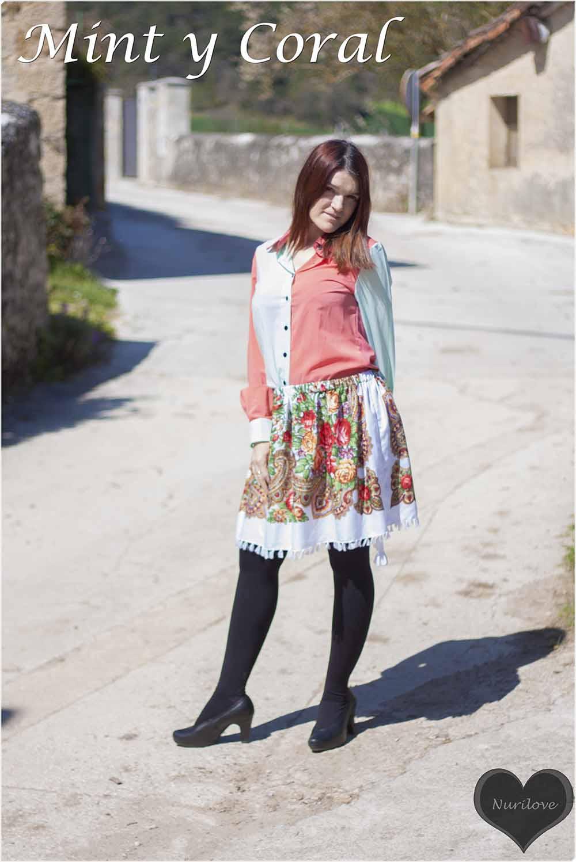 Combinación de mint y coral, una blusa de gasa con una falda de flores de lo más especial
