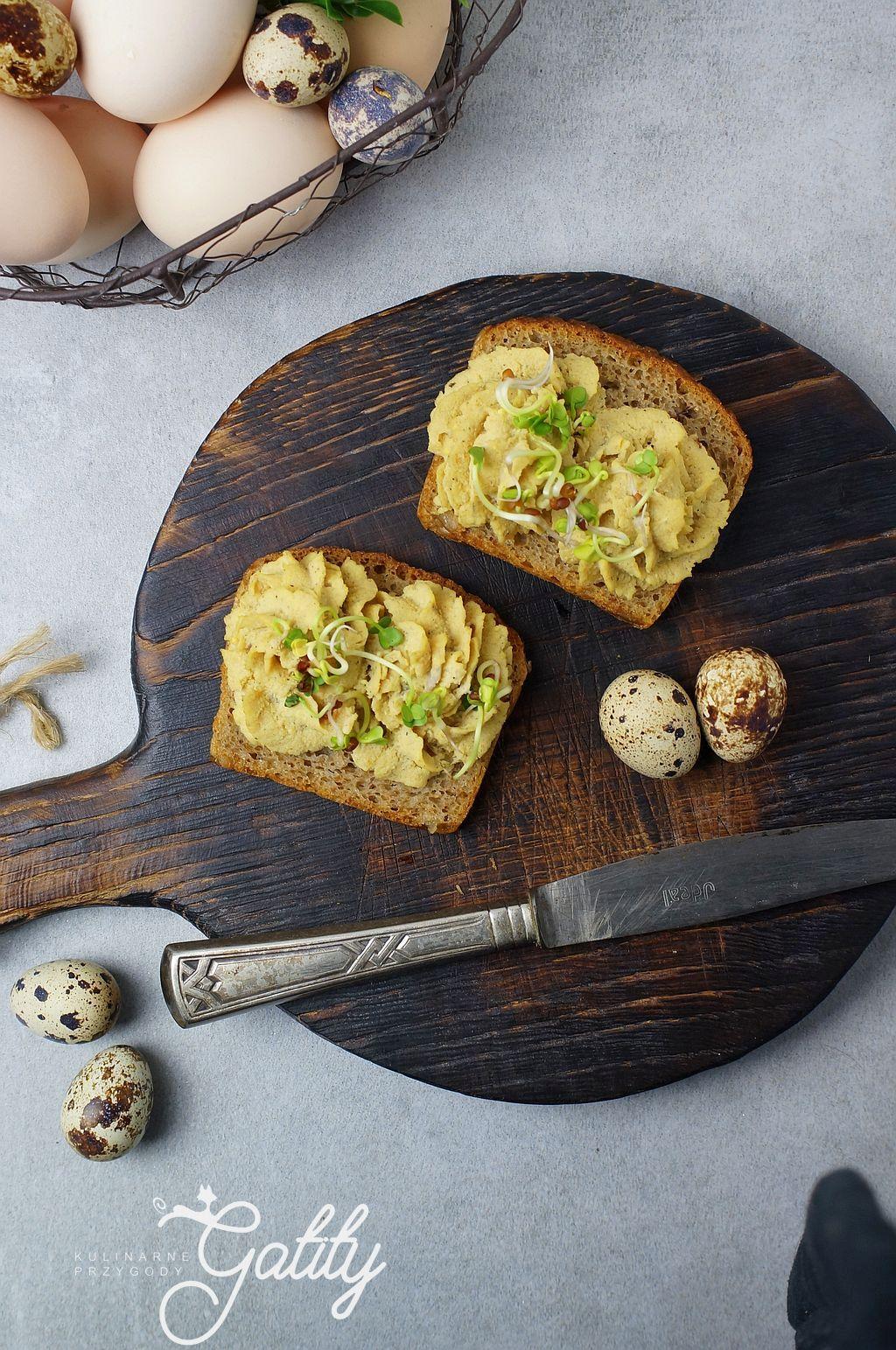 zolta-pasta-na-kromce-chleba