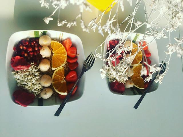 Owsianka z sorbetem truskawkowym i  owocami liczi