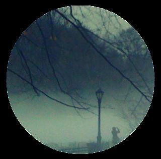 Illusztráció gyerekvershez, ködös, homályos, rosszkedvű téli utca, díszes kandeláberrel, faágakkal, ahonnan egy ismeretlen tettes ellopta a napot.