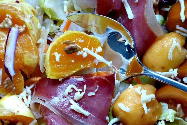 ensalada de naranja con nísperos, jamón, queso, col lombarda, nueces
