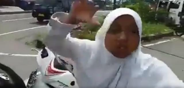 Sebuah video yang mengatakan kemarahan seorang siswi Sekolah Menengan Atas alasannya yakni tidak terima ditilang po Berita Terhangat Ditilang Karena Tak Pakai Helm, Seorang Siswi Sekolah Menengan Atas Marah-Marah Ke Polisi