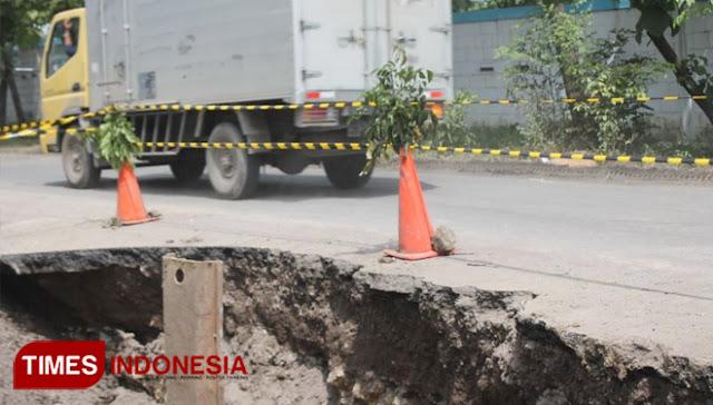 gresik24jam.net - Jalan Mayjend Sungkono Rusak, DPUTR Gresik Anggap Pengelola Tidak Profesional