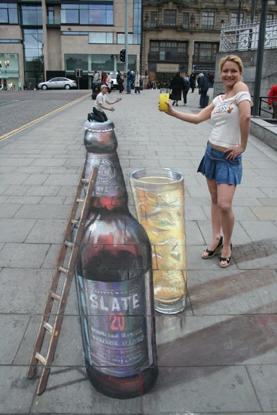 09-Little-and-Large-Julian-Beever-3D-Pavement-Drawings-Anamorphic-Illusions-www-designstack-co