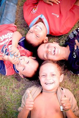 Foto de niños sonriendo echados