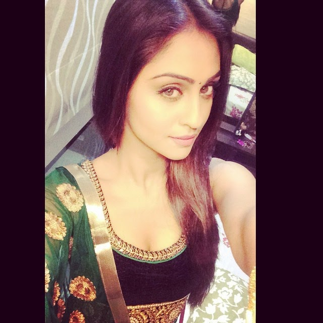 diwali selfie, once your ready, is compulsory !! this ones a throwback , from day2 diwali indian , festival , di wali ,, Krystle D'souza Hot Seflie Images, Tv Actress Krystle Sexy Photo Gallery