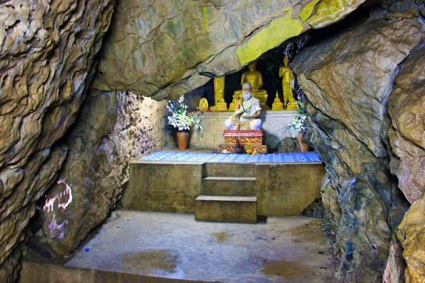 Cave Wat Phra Bat Nua Se la collina Phou