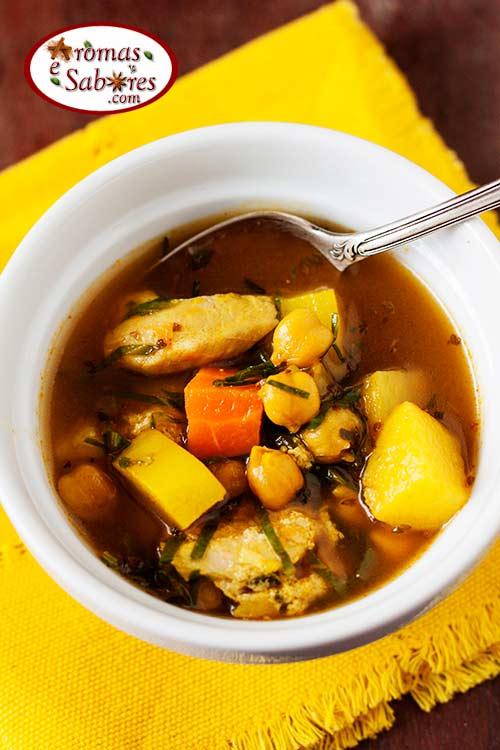 Sopa de batata doce com grão de bico, frango e  couve