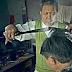 Gunakan besi panas gayakan rambut, tukang gunting rambut popular di laman sosial