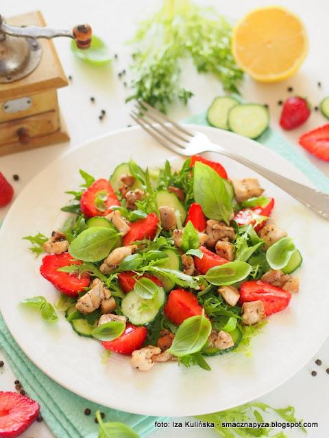 salata z miesem i truskawkami, mieso, kurczak, truskawki, ogorek, lunch, kolacja, bazylia, lekko i smacznie, uwielbiam salatki