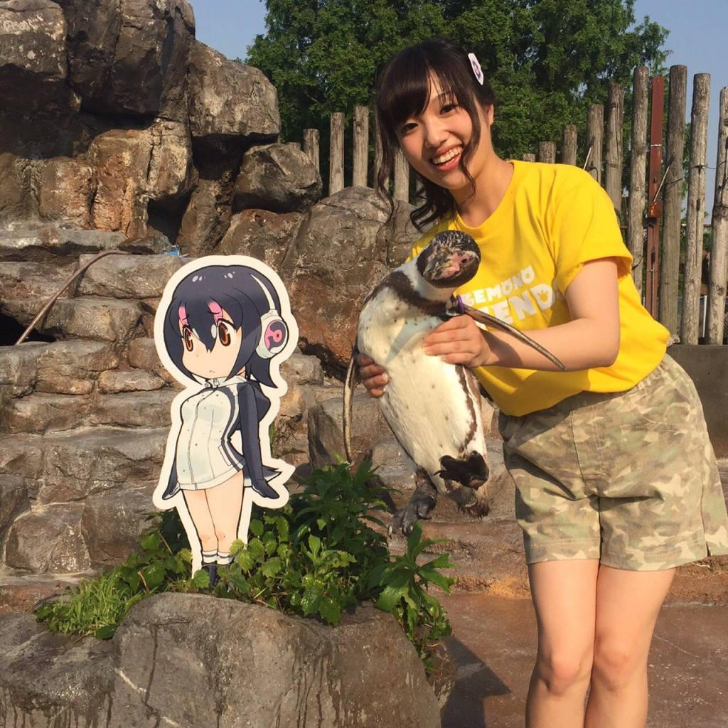 Ikuko Chikuta z pingwinem Grape-kun obok Hululu z anime Kemono Friends
