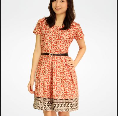 Dress batik sebatas lutut untuk ke kantor dengan suasana semi-formal