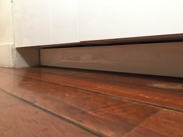 trendy l encore il suffit de suivre les plans de montage de ika les plinthes se dcoupent sur. Black Bedroom Furniture Sets. Home Design Ideas