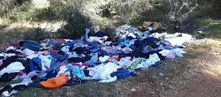 Τι συμβαίνει στην Μάνδρα; - Πετάνε στο δάσος τα ρούχα που στέλνουν για βοήθεια οι πολίτες
