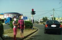 Νέα κομπίνα! το νου σας — Δυο κορίτσαροι πλησιάζουν στο αυτοκίνητό σου καθώς σταματάς στο...