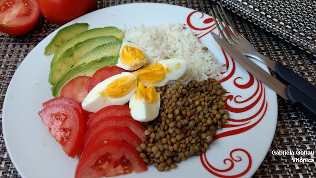 Ensalada de arroz y lentejas con aguacate y tomate. Receta saludable
