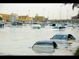 شاهد بالفيديو : إنقاذ قائد مركبة جرفته السيول جنوب الرياض