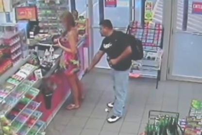 90221222c Video capta a un hombre tomando fotos bajo la falda de una mujer ...