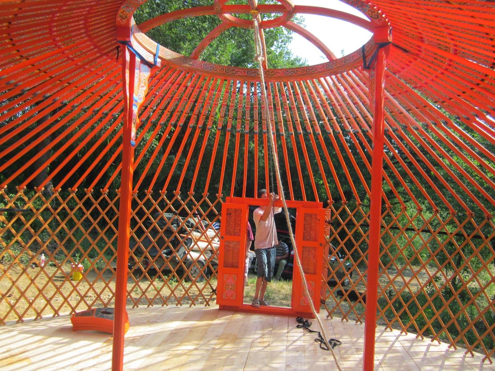 Camping coccinelle 66 montage d 39 une yourte authentique for Interieur yourte