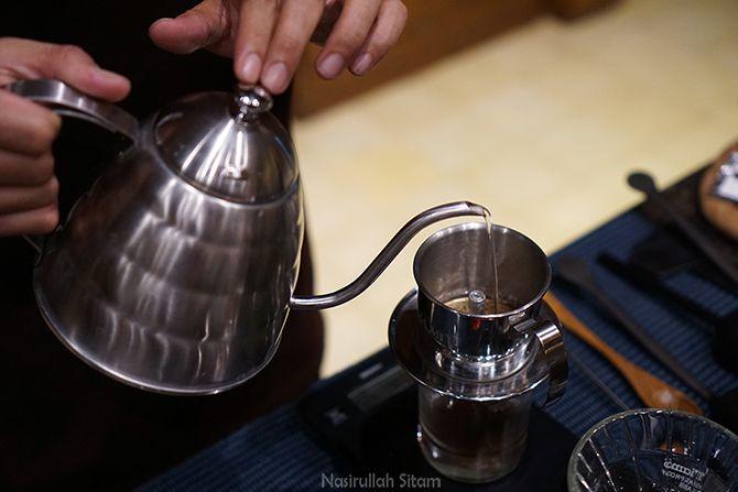 Melihat pembuatan Kopi dengan metode Vietnam Drip
