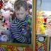 Un nenito se metió en la máquina para agarrar un peluche y quedó atrapado