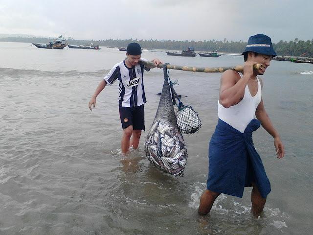 အိခ်ယ္ရီေအာင္ (Myanmar Now) ● အလုပ္ေျပာင္းရကိန္း ဆိုက္လာတဲ့ ေငြေဆာင္တံငါသည္မ်ား