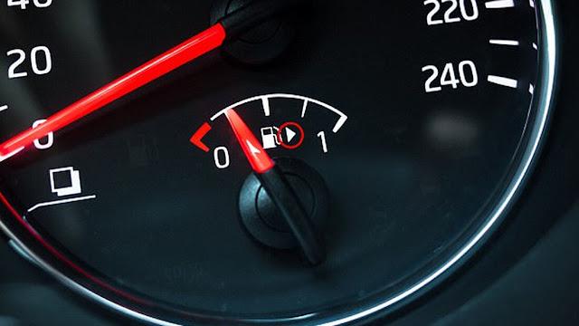 Μάθαμε επιτέλους τι ρόλο βαράει ΑΥΤΟ το βελάκι δίπλα στο κοντέρ της βενζίνης