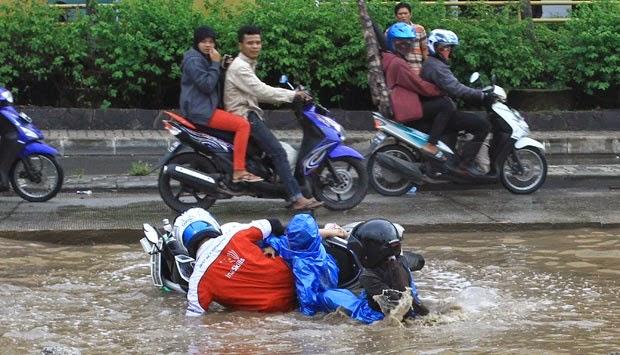 Ban motor untuk hujan