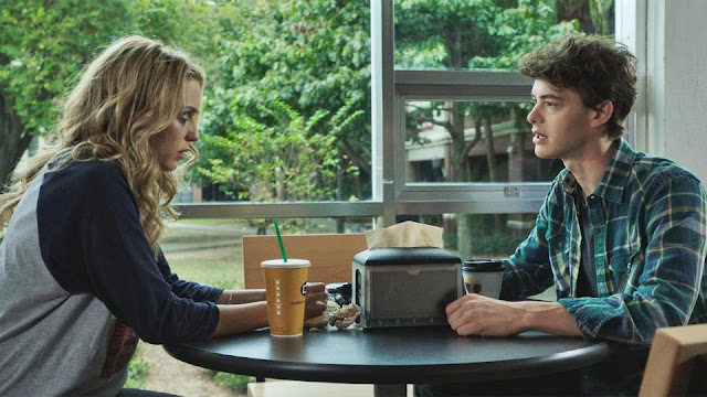 Tree (Jessica Rothe) et Carter (Israel Broussard) dans Happy Birthdead, de Christopher Landon (2017)