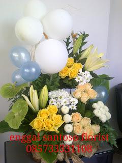 rangkaian karangan bunga meja balon untuk uang tahun