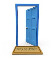 Açık mavi kapı ve hoş geldiniz paspası