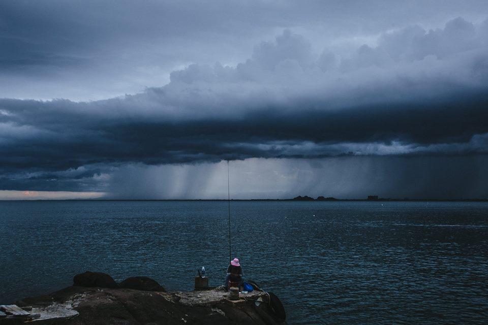 Trời mưa câu cá
