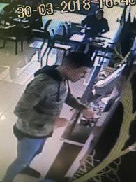 Los presuntos agresores del camarero chino de Wok (Alcampo) gravados  por la cámara de  seguridad del  local