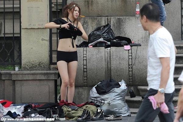 Người mẫu lột đồ giữa phố khi đi chụp ảnh thời trang.
