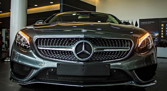 Phần đầu xe Mercedes S500 4MATIC Coupe 2017 được thiết kế nổi bật nhờ các họa tiết Kim cương trên Lưới tản nhiệt