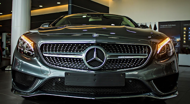 Phần đầu xe Mercedes S500 4MATIC Coupe 2018 được thiết kế nổi bật nhờ các họa tiết Kim cương trên Lưới tản nhiệt