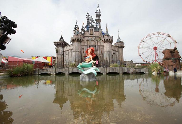 """Conheça a """"Dismaland"""", o mais novo projeto do artista britânico Banksy"""