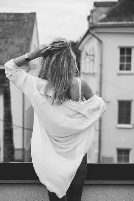 Mujer de espaldas blanco y negro