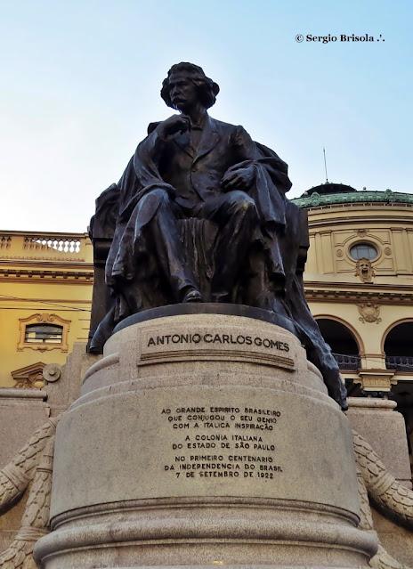 Close-up do Monumento a Carlos Gomes - Praça Ramos De Azevedo - São Paulo