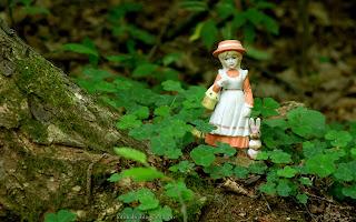 http://fotobabij.blogspot.com/2016/03/figurka-dziewczynka-z-zajaczkiem-wsrod_20.html