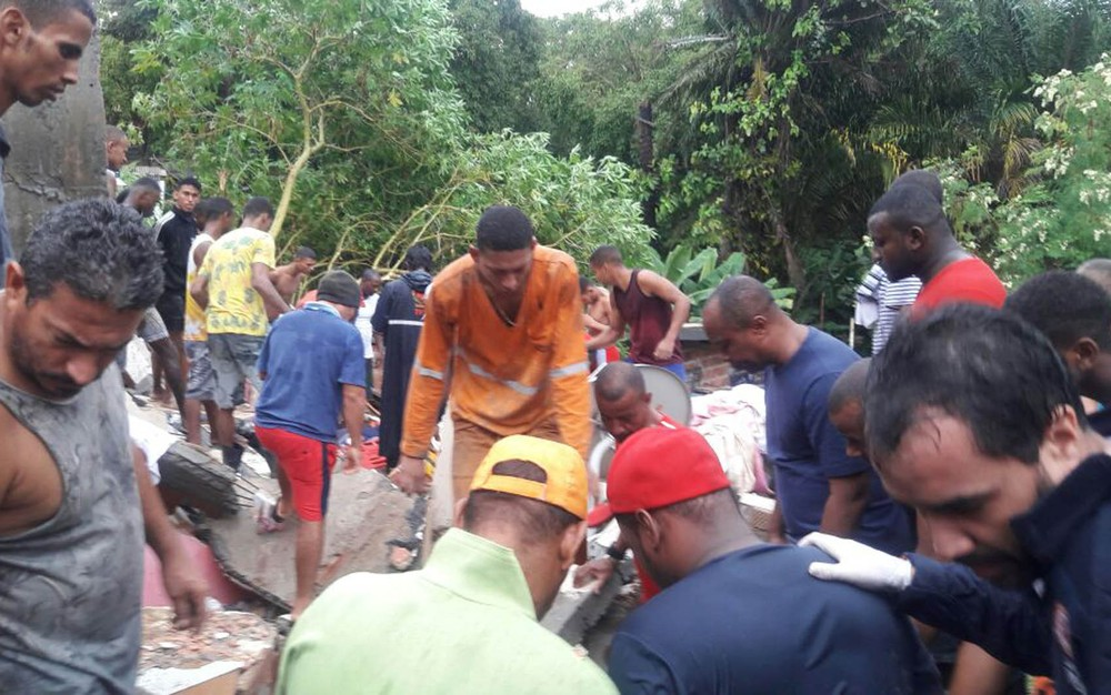 Prédio desaba em Salvador e uma criança morre soterrada