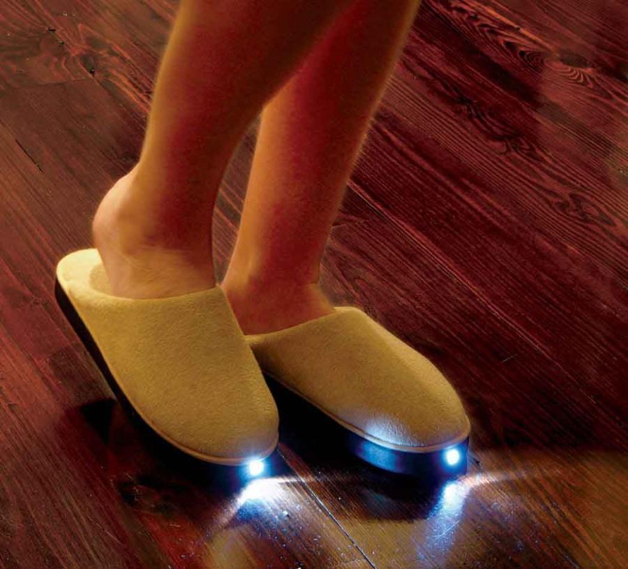 5d8839a7d2f Chinelo com luzes de LED para os seus pés