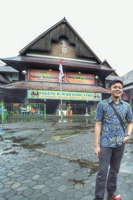 Pasar Triwindu Pusat Penjualan Barang Antik dan Khitikan