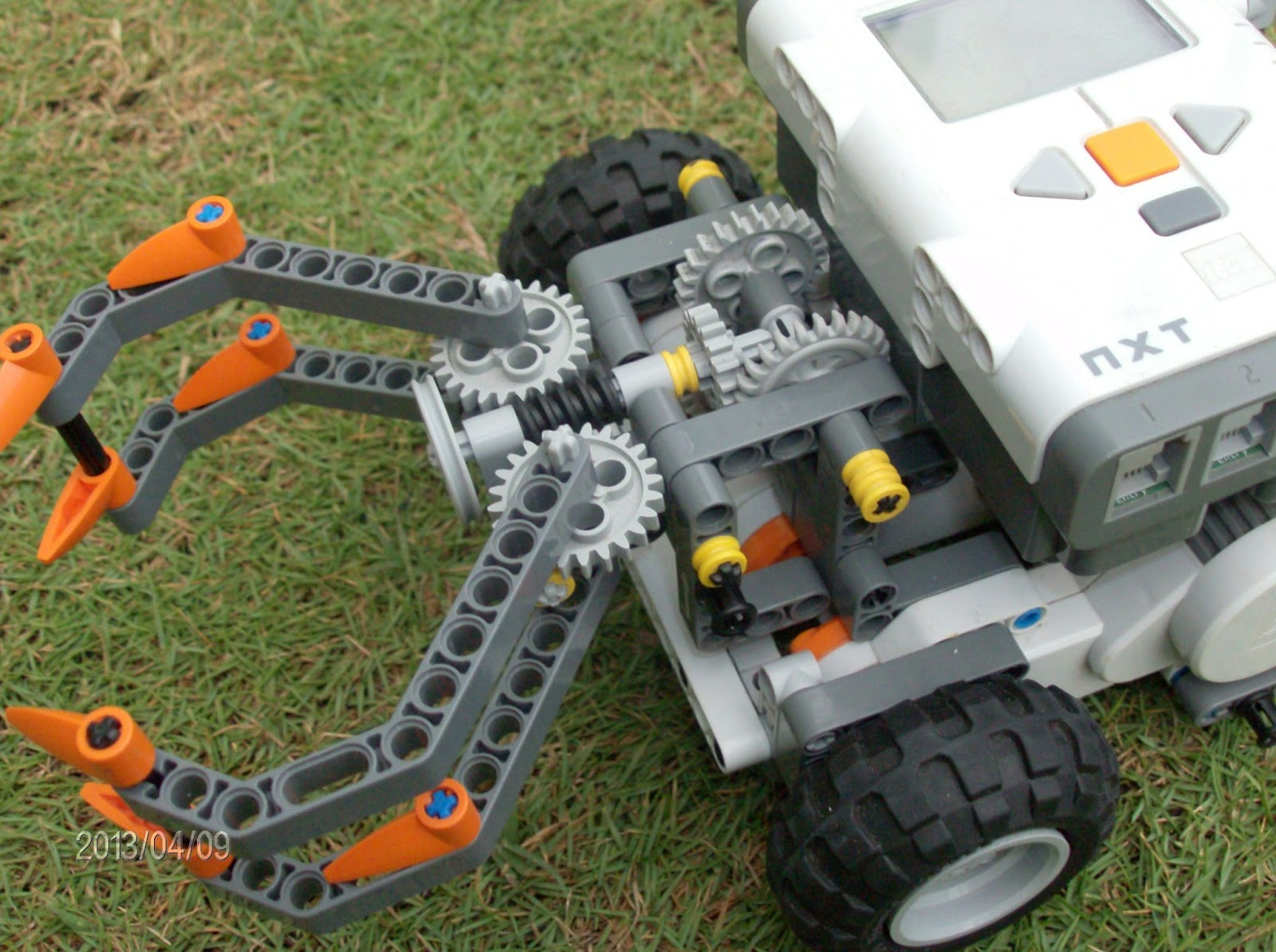 Aula Robótica Dominicana: Lego NXT robot holds and lifts.