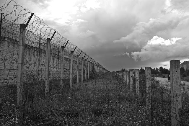 Prison de Rummu en noir & blanc et mur barbelé