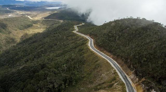 Keren, Inilah Foto-Foto Terbaru Jalan Trans Papua yang Membelah Gunung