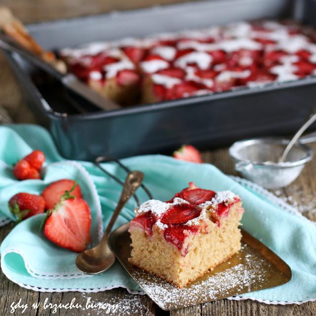 Ciasto kubeczkowe na jogurcie z truskawkami